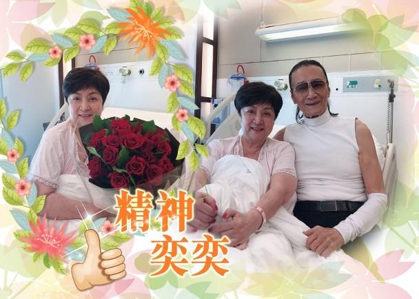 谢贤探望前妻甄珍,带大束玫瑰花,搂着前妻开心合影