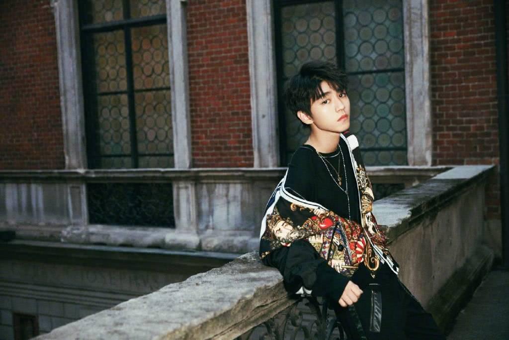 王俊凯新歌上线,并化身成建筑物下的时尚男孩,帅气有型