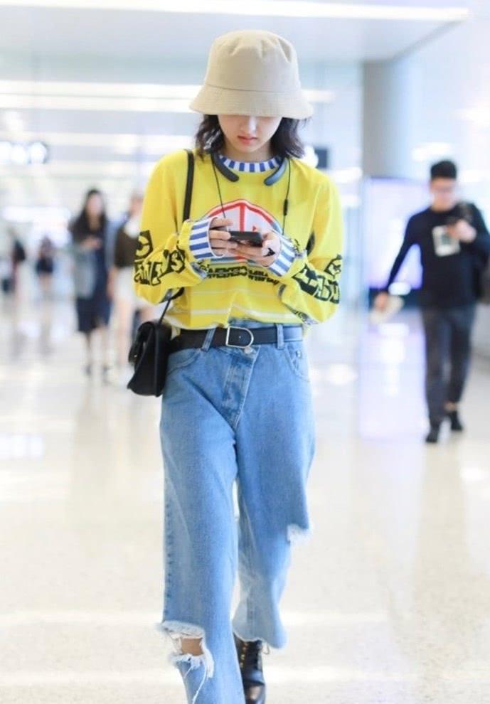 """张子枫穿搭罕见""""不乖"""",近照裤子破得可塞下""""西瓜"""",太显个性"""