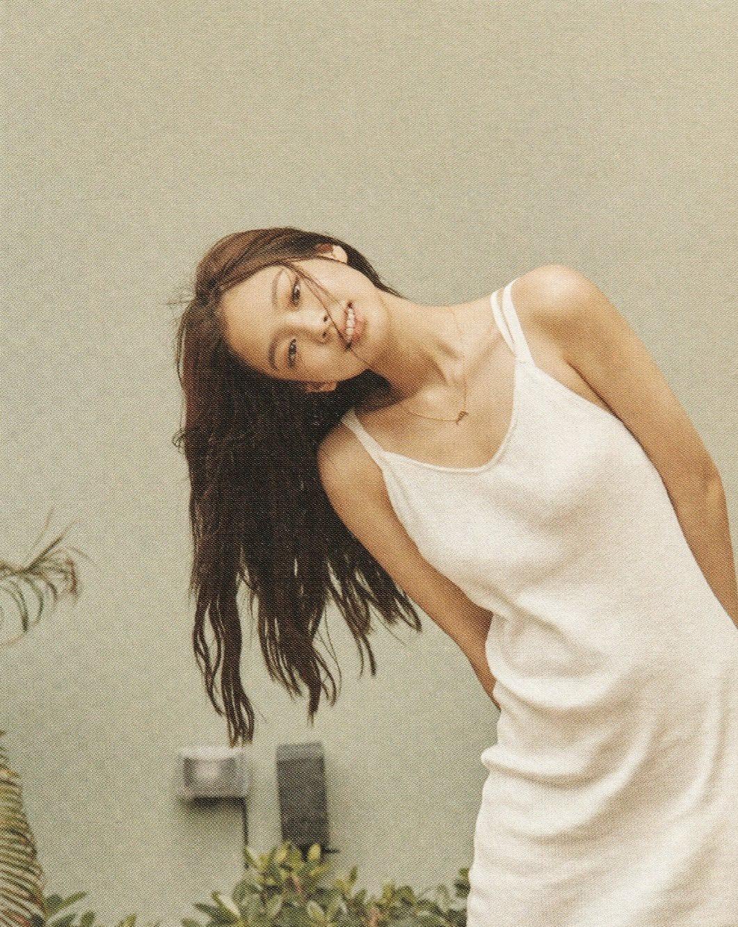 Jennie最新胶片质感写真,身穿白色吊带裙,是初恋女孩