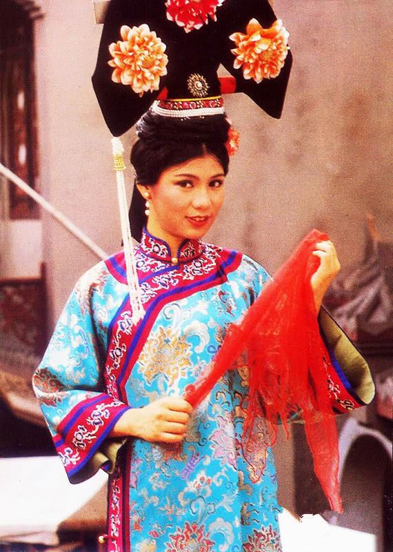 翁美玲生前拍古装戏时候,原来是个丝巾控