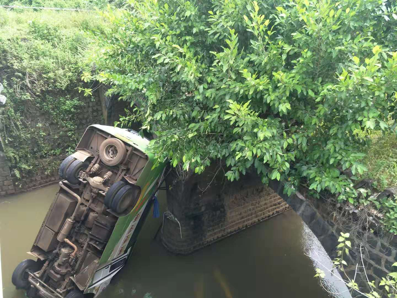 最新!海口一中巴车今早坠河,目前致2死8伤