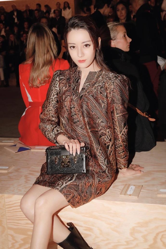 <b>迪丽热巴新造型亮相,复古金色裙尽显女王范,没这颜值穿不了</b>