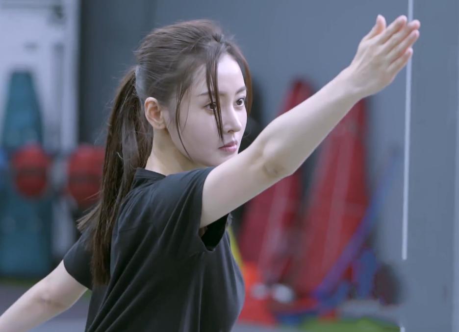 张天爱学习击剑,当她学习标准姿势出剑时,看出她真实身材