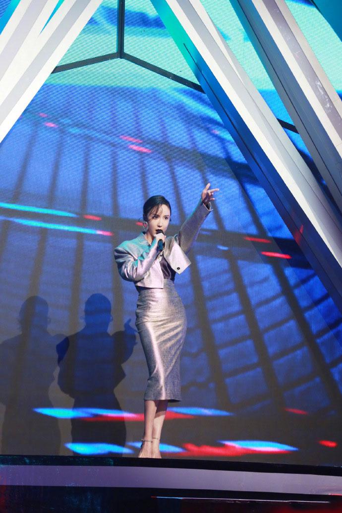 30岁娄艺潇舞台上大秀身材,网友:这也太美了吧!