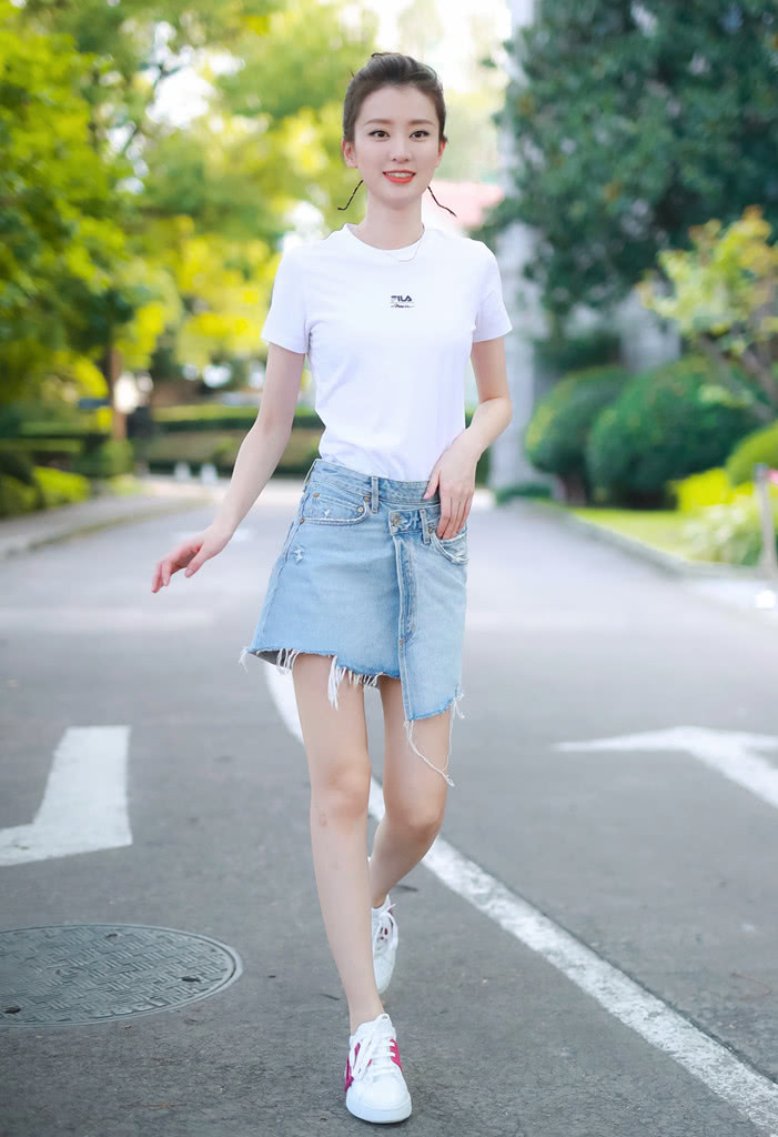 乔欣不能再瘦下去了!穿XS码牛仔裙还怕往下掉,搭白T恤好清爽