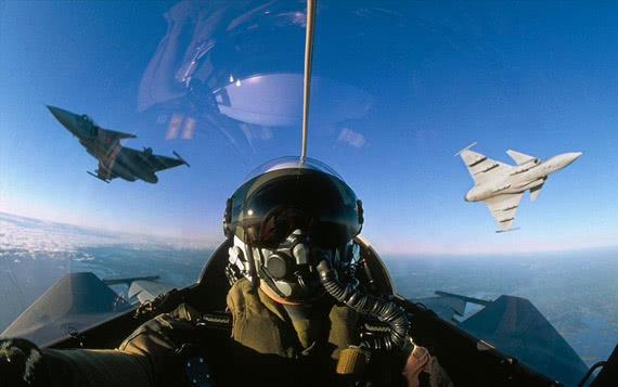 飞行员怕死早跳伞!失灵战机自飞900千米,激怒5国空军