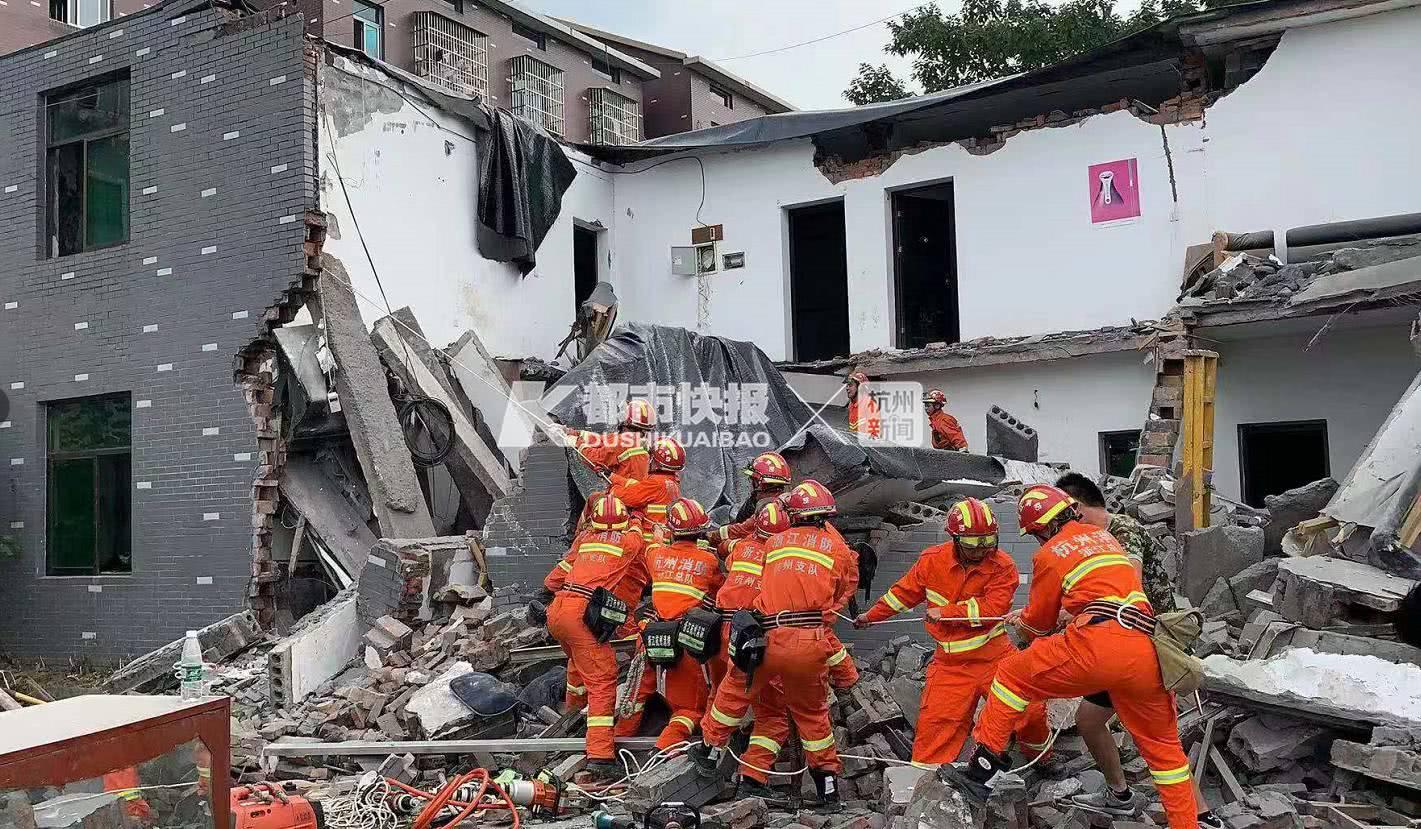 突发:杭州良渚有房屋倒塌,两人被困!消防紧急救援
