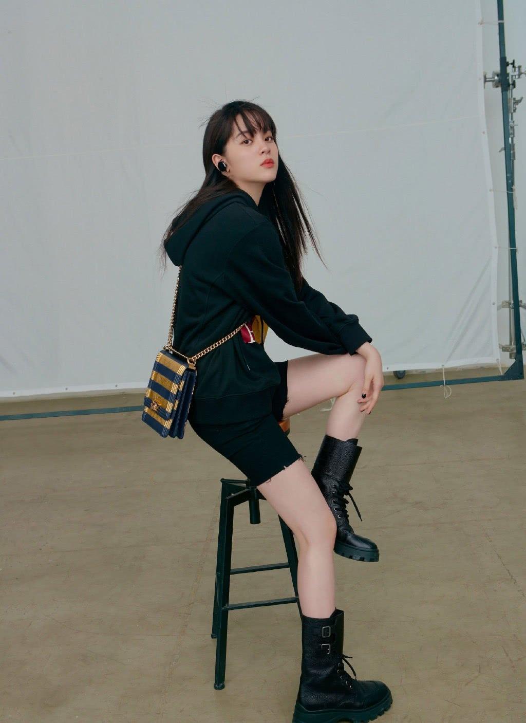 欧阳娜娜演技不行却很时髦,穿印花卫衣背3万8的包,酷毙了