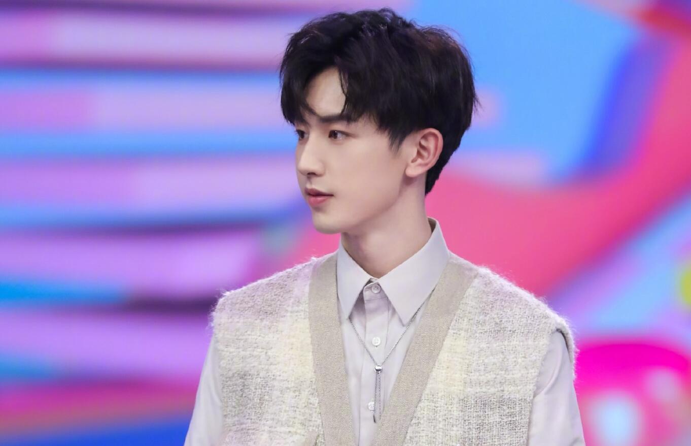 郭俊辰王一博花式撞衫,风格却大相径庭,他俩真是同龄人?