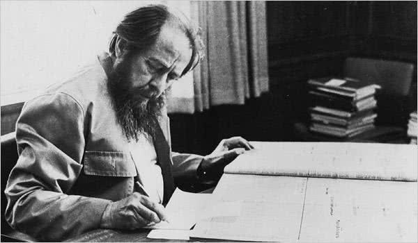 苏联著名作家被政府打压,他获得诺贝尔文学奖后,政府尴尬了