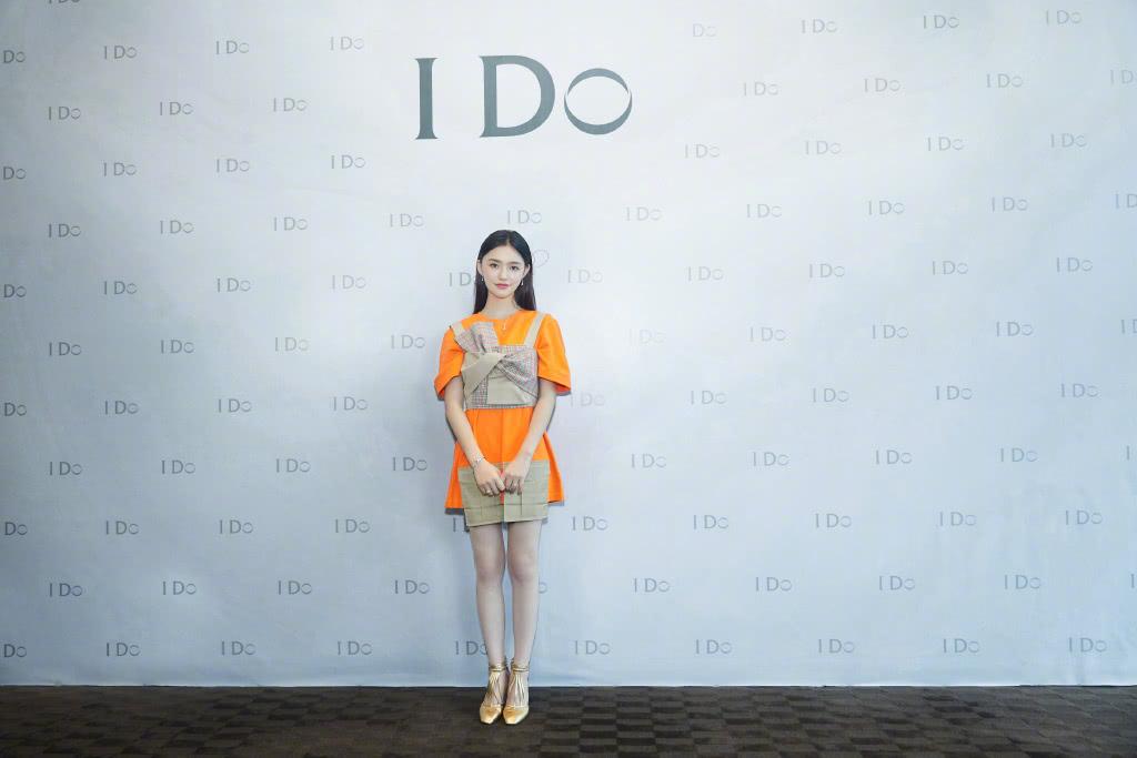 <b>林允真会穿,橙色T恤裙叠穿蝴蝶结吊带,配金色高跟鞋个性吸睛</b>