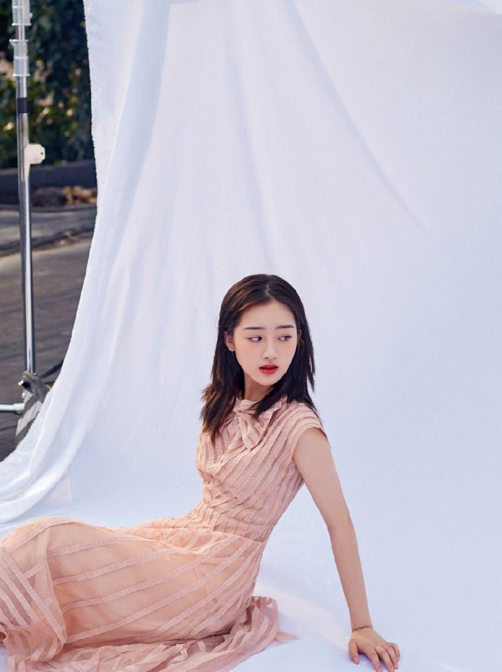 她是TFBOYS公司唯一女艺人,今穿粉色连衣裙,一笑甜美动人