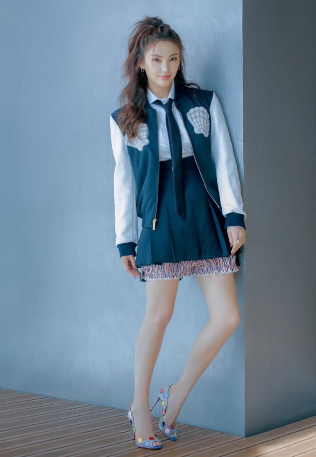 张雨绮一心扮少女,大热天梳空气刘海穿粉毛衣,可脖子套了个啥?