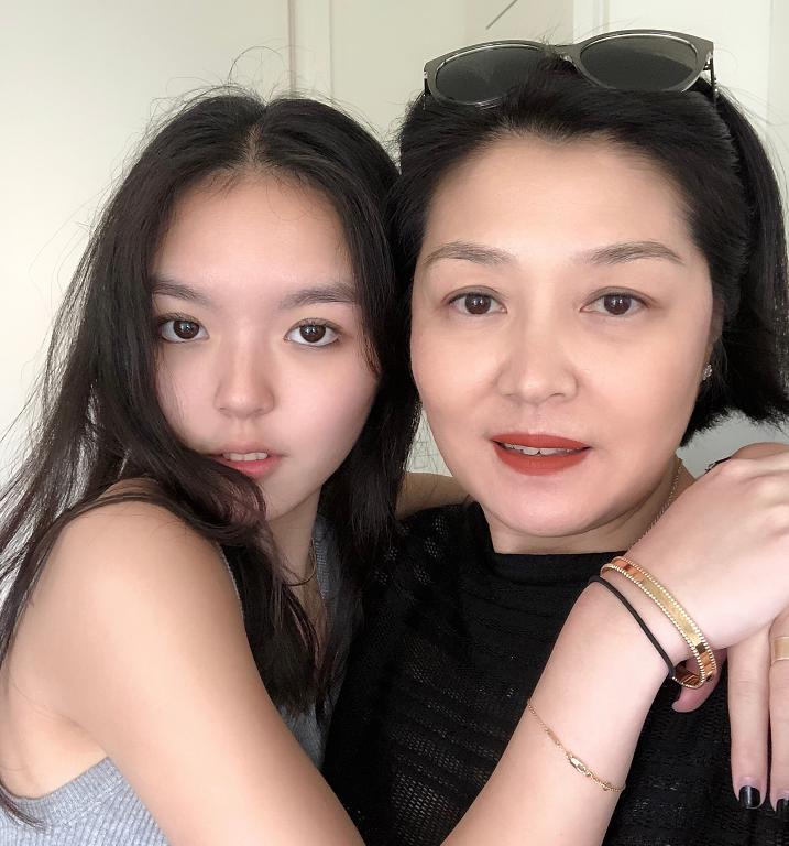 李咏女儿晒最新美照,身着背心大秀小蛮腰,街头凹造型又美又帅