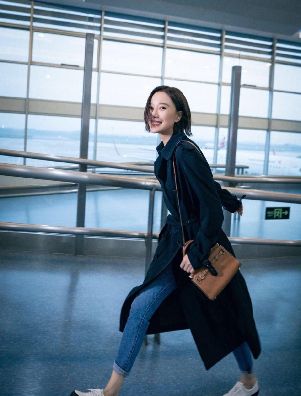 王珞丹出发纽约时装周,黑色风衣配牛仔裤,身形消瘦穿得飒爽帅气