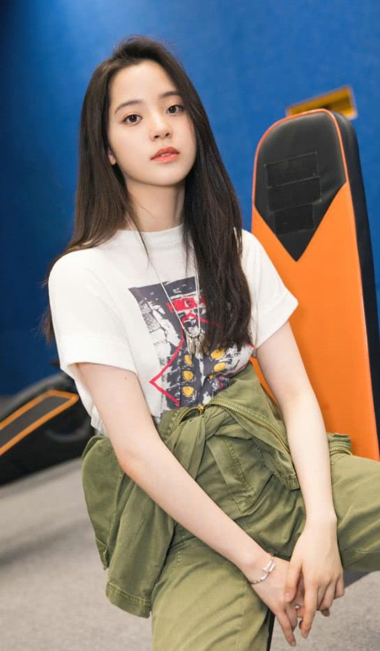"""欧阳娜娜晒照:军绿色工装裤帅气好看,还是潮流的""""匡威女孩"""""""