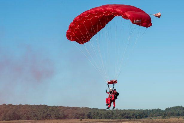 97岁二战老兵高空跳伞,再现阿纳姆战役空袭