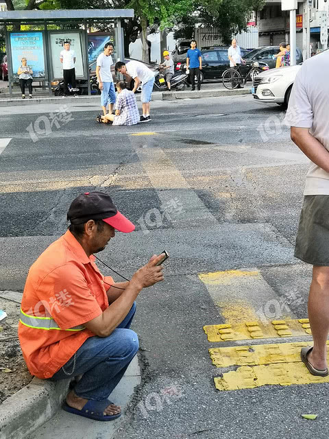 东升路这个路口有毒!一大早发生两起交通事故!老人瘫坐在地上…