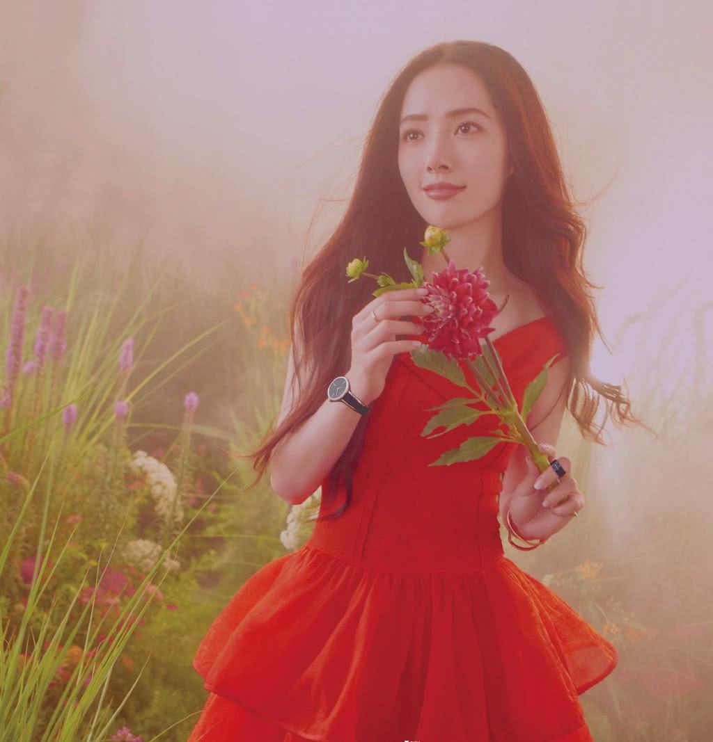 郭碧婷向佐合体秀恩爱,一袭红色大V领蛋糕裙配长发,美成小仙女