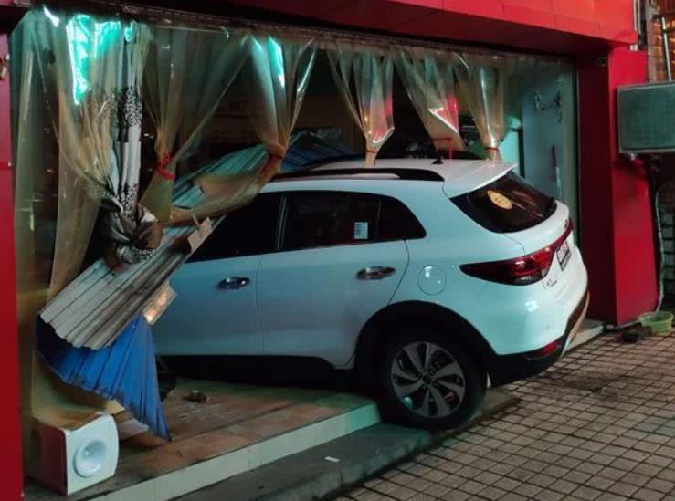 女司机驾驶越野车错把油门当刹车 撞坏店门冲进店内