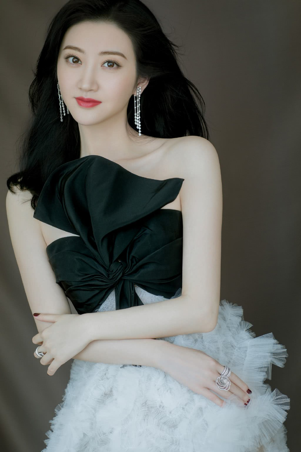 景甜真敢穿,白色透视裙胸口绑黑色蝴蝶结,网友:美到不敢看