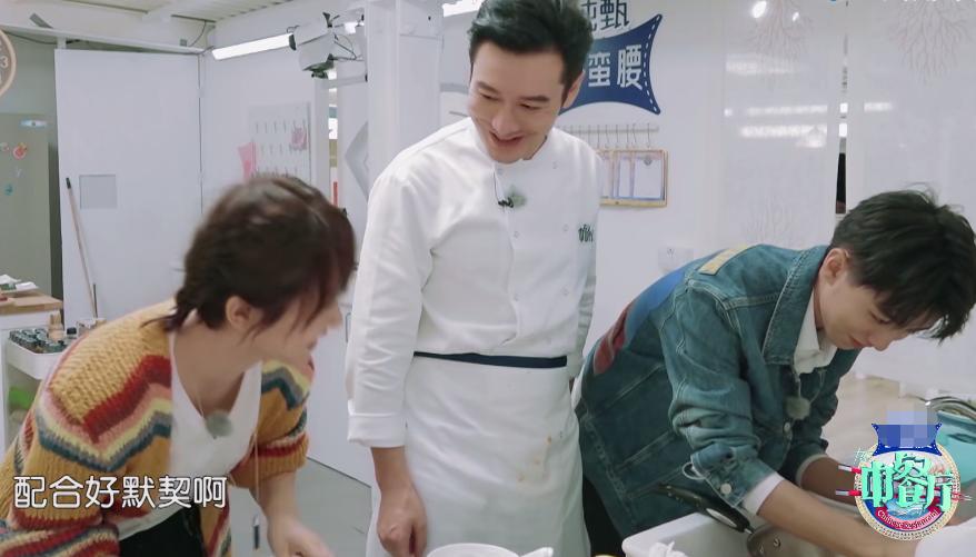 《中餐厅3》最暖心的嘉宾,忙完前台的事情,不忘主动给大厨揉肩