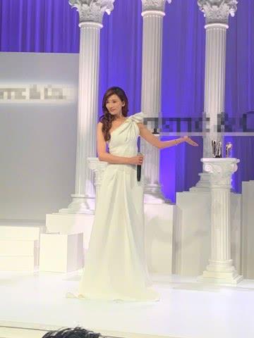 林志玲一袭梦幻白裙现身活动,高开叉展现完美身材比例