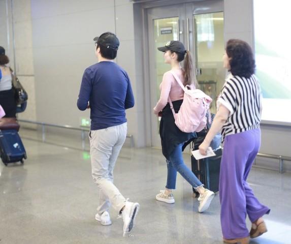 <b>郎朗一身轻松携妻走机场,妻子背大包拖行李太独立,芭比身材吸睛</b>