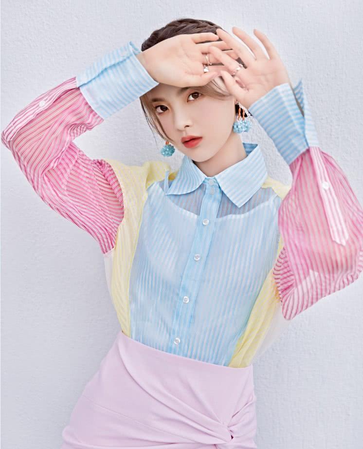 """杨超越换造型师了吧,""""彩虹衬衫+贝壳裙""""现身,甜美吸睛!"""