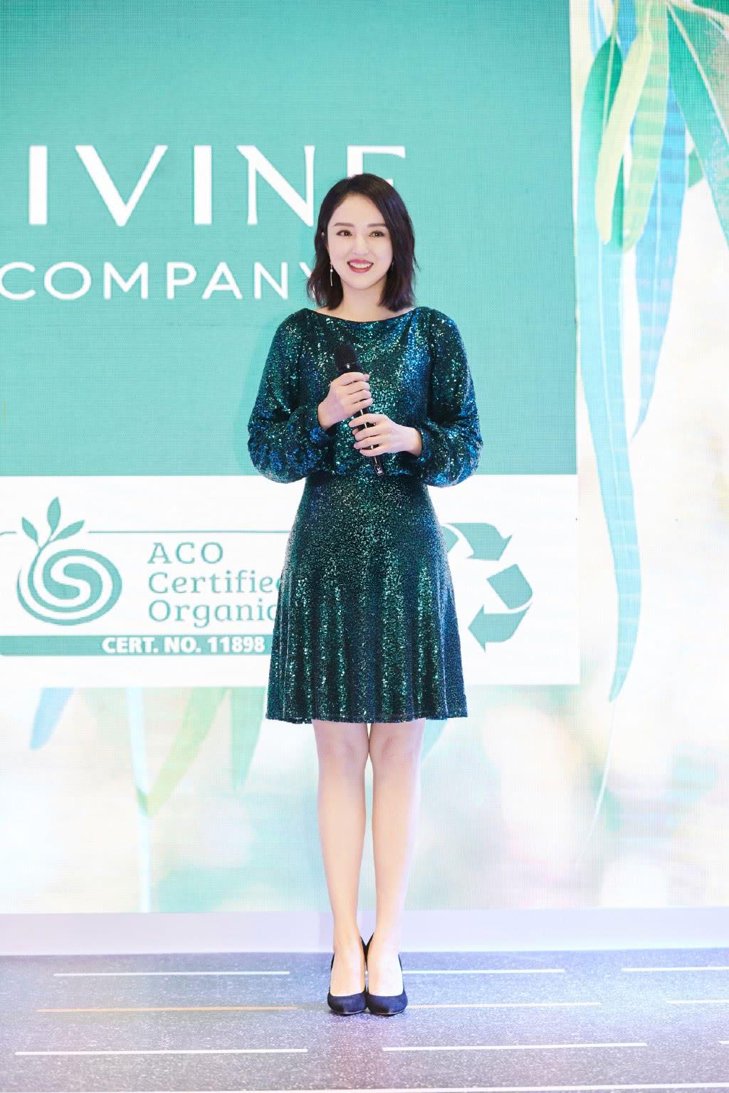 董璇离婚后更美了,穿墨绿色亮片裙配高跟鞋,转身后背性感吸睛