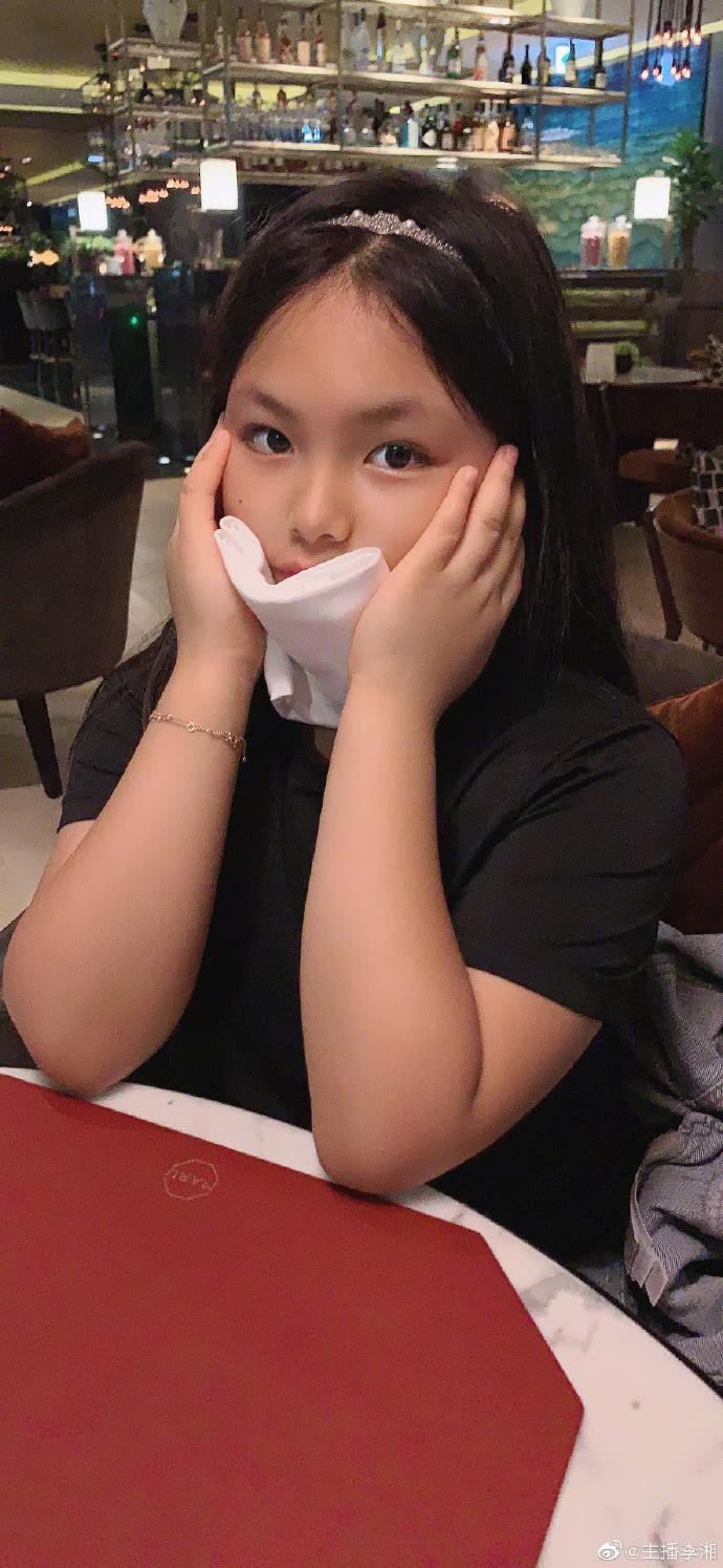 李湘晒女儿最新画作,王诗龄曾一幅画卖了10万