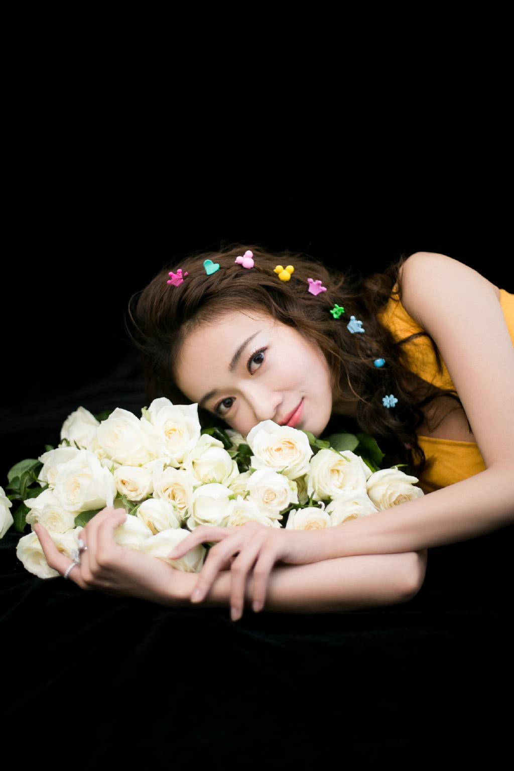 演《延禧攻略》她28岁大红大紫,今穿V领小黄裙,可爱似16岁