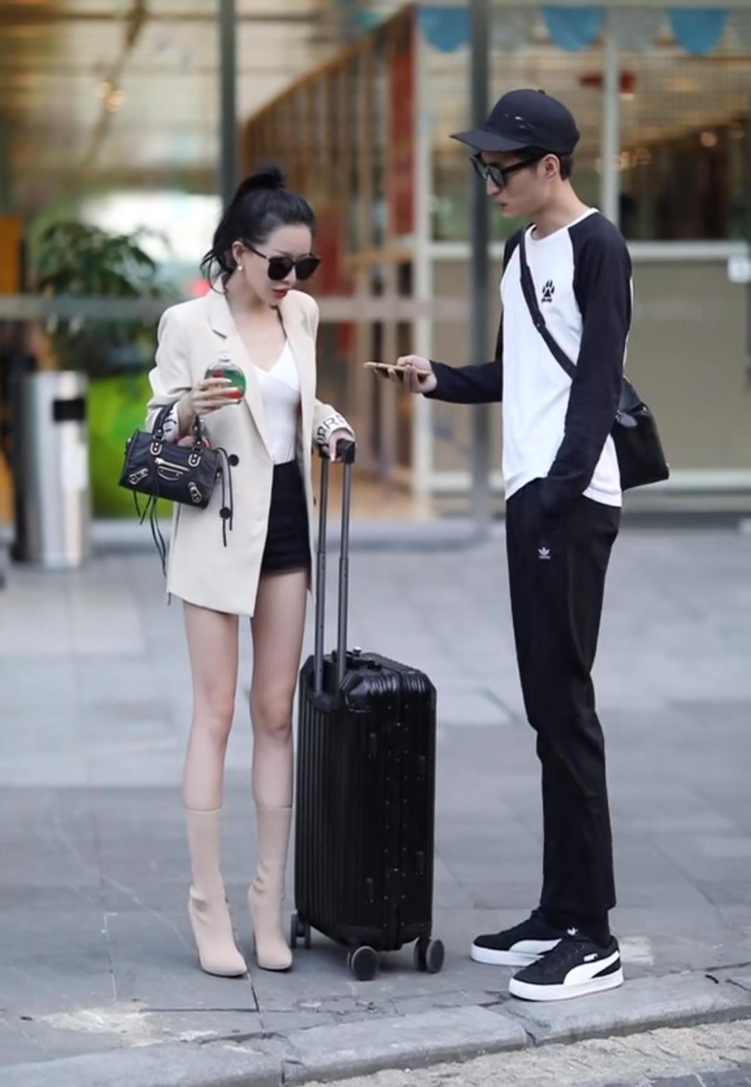 女生比男生矮这么多,为何腿比他长?看到鞋子的那一刻秒懂了!