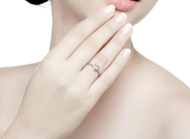 七夕情人节如何佩戴结婚戒指?结婚戒指的戴法究竟有哪些?
