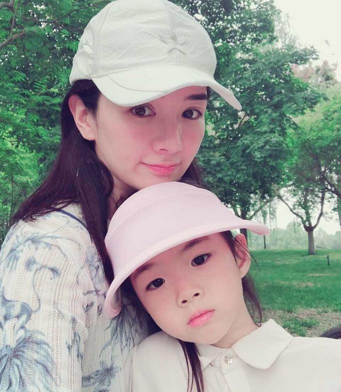 <b>黄奕携女儿国外旅行,6岁铛铛颜值越来越高,性格活泼开朗像妈妈</b>