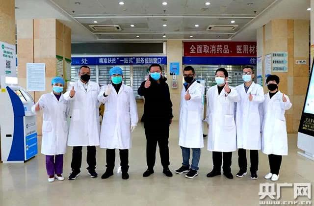 青海医疗队与当地医疗部门成功救治的3例新冠肺炎患者出院