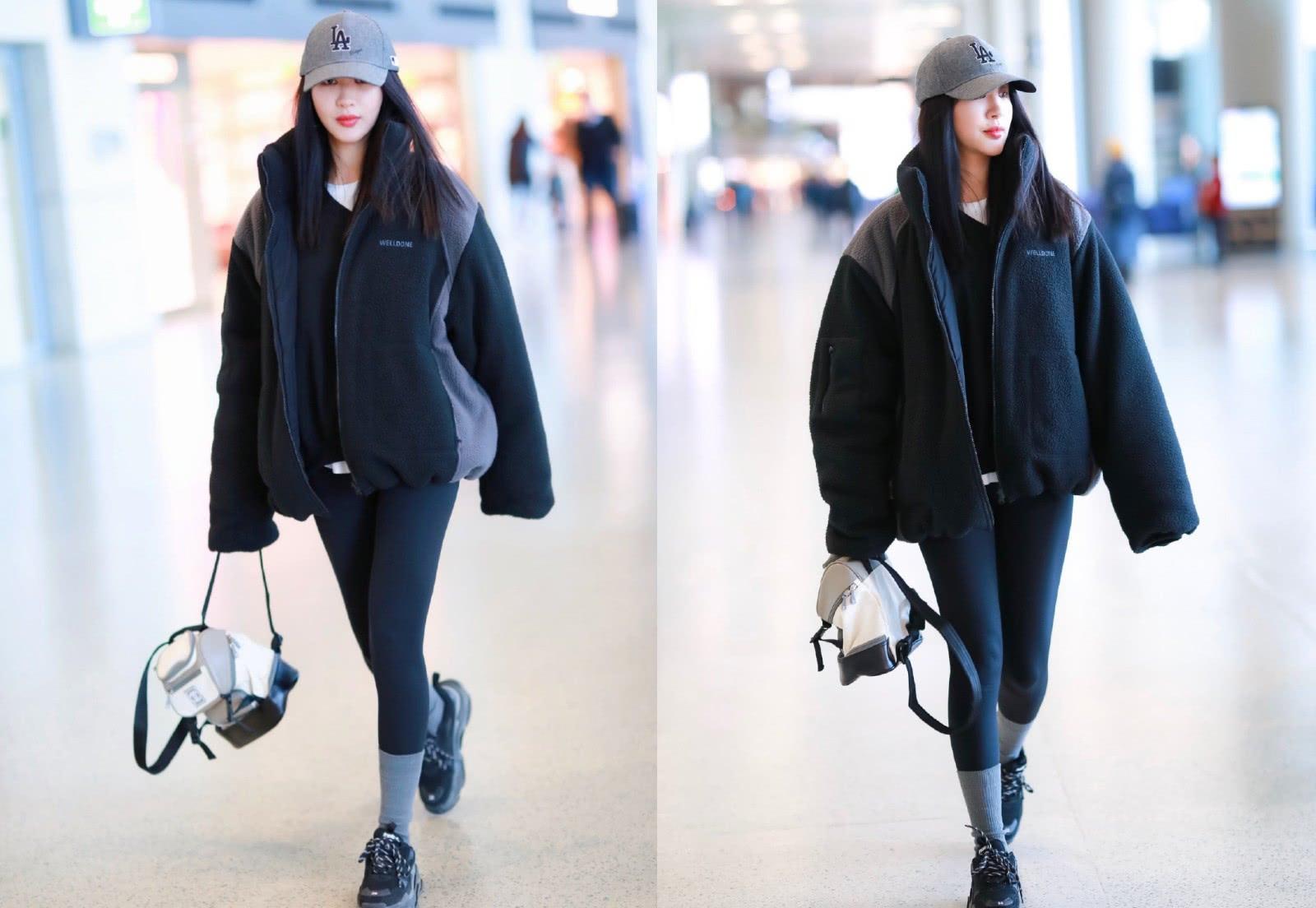 <b>李菲儿现身机场,穿拼接厚重夹克配紧身裤,秀圆润双腿抢镜十足</b>