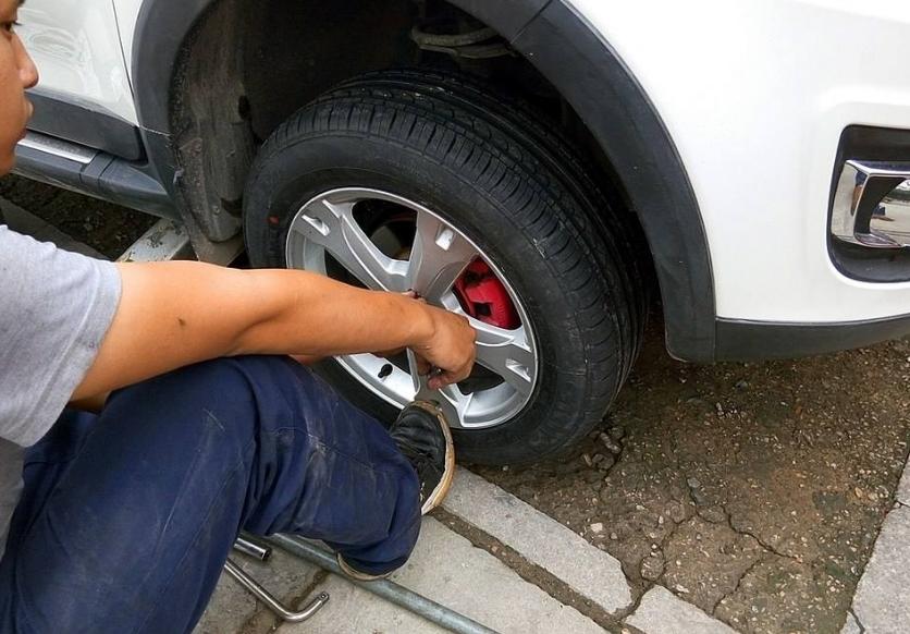 为啥老司机都定期把前后车胎对换?高手!省了换新胎钱还更安全