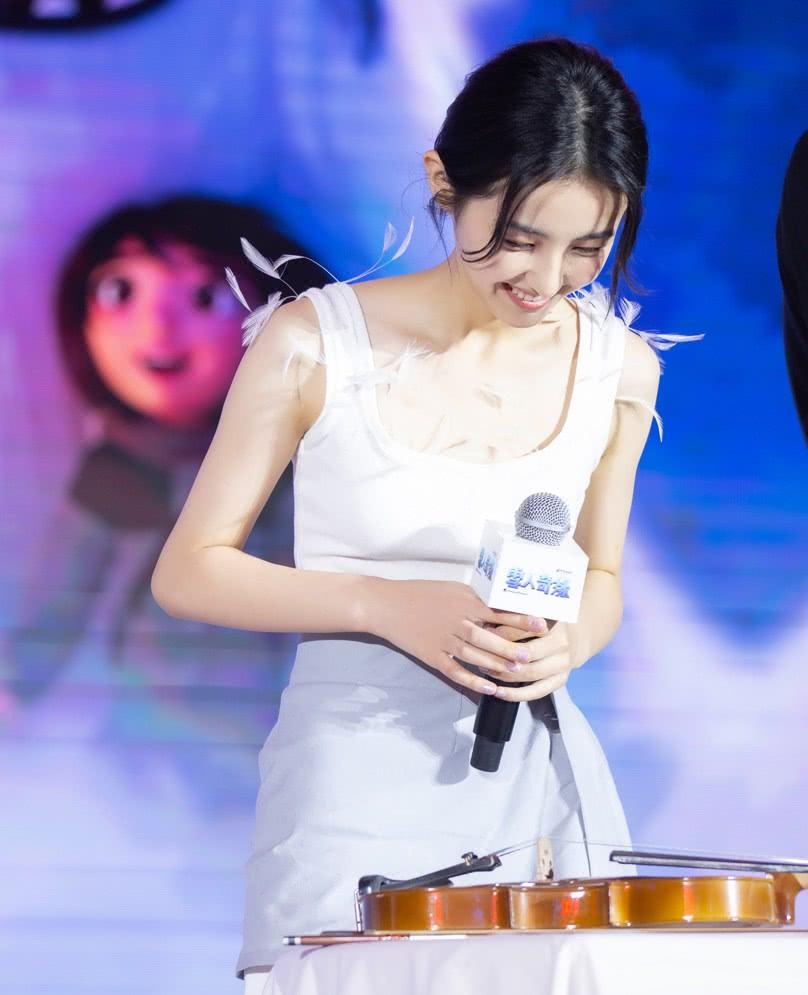 妹妹张子枫嫌背心裙太普通,就在上面加点东西,谁料惊艳到我了!