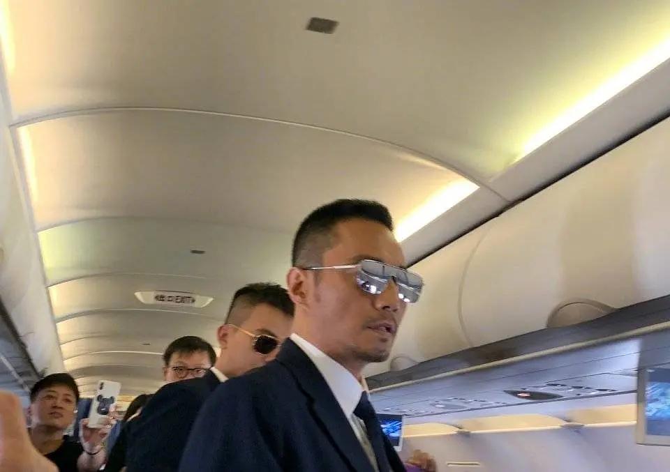 中国机长在飞机上开发布会,神颜航班,想让张天爱李沁给勺老干妈