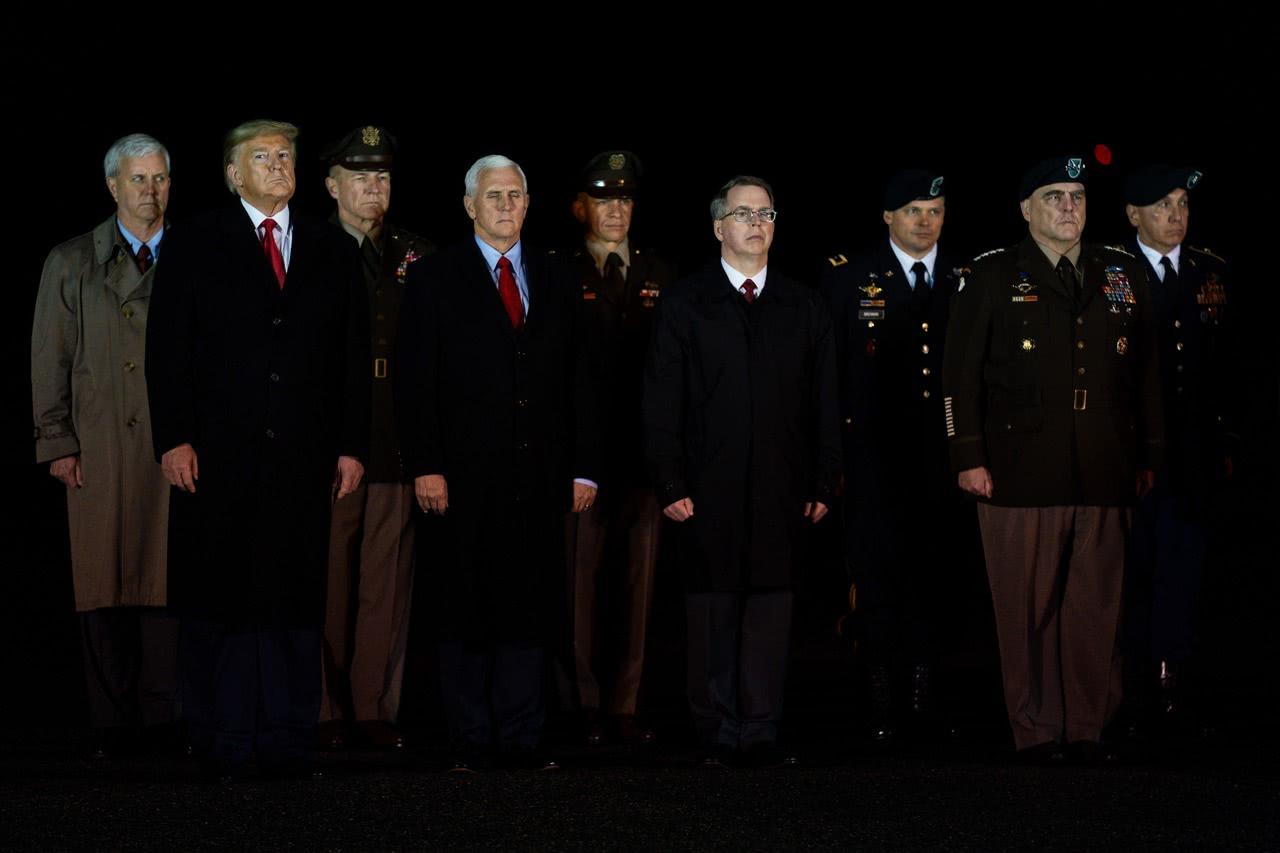 特朗普亲自迎接阿富汗遇难美军士兵遗体回家 向其敬军礼