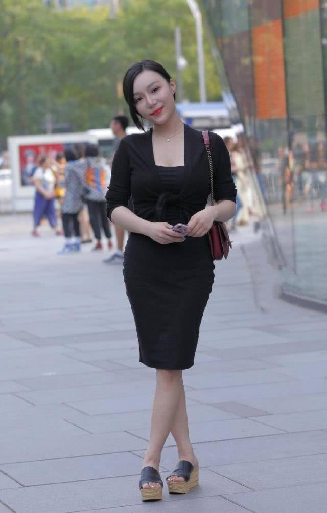 清新柔美的连衣裙舒适大方,不经意间展现出优雅的女人味