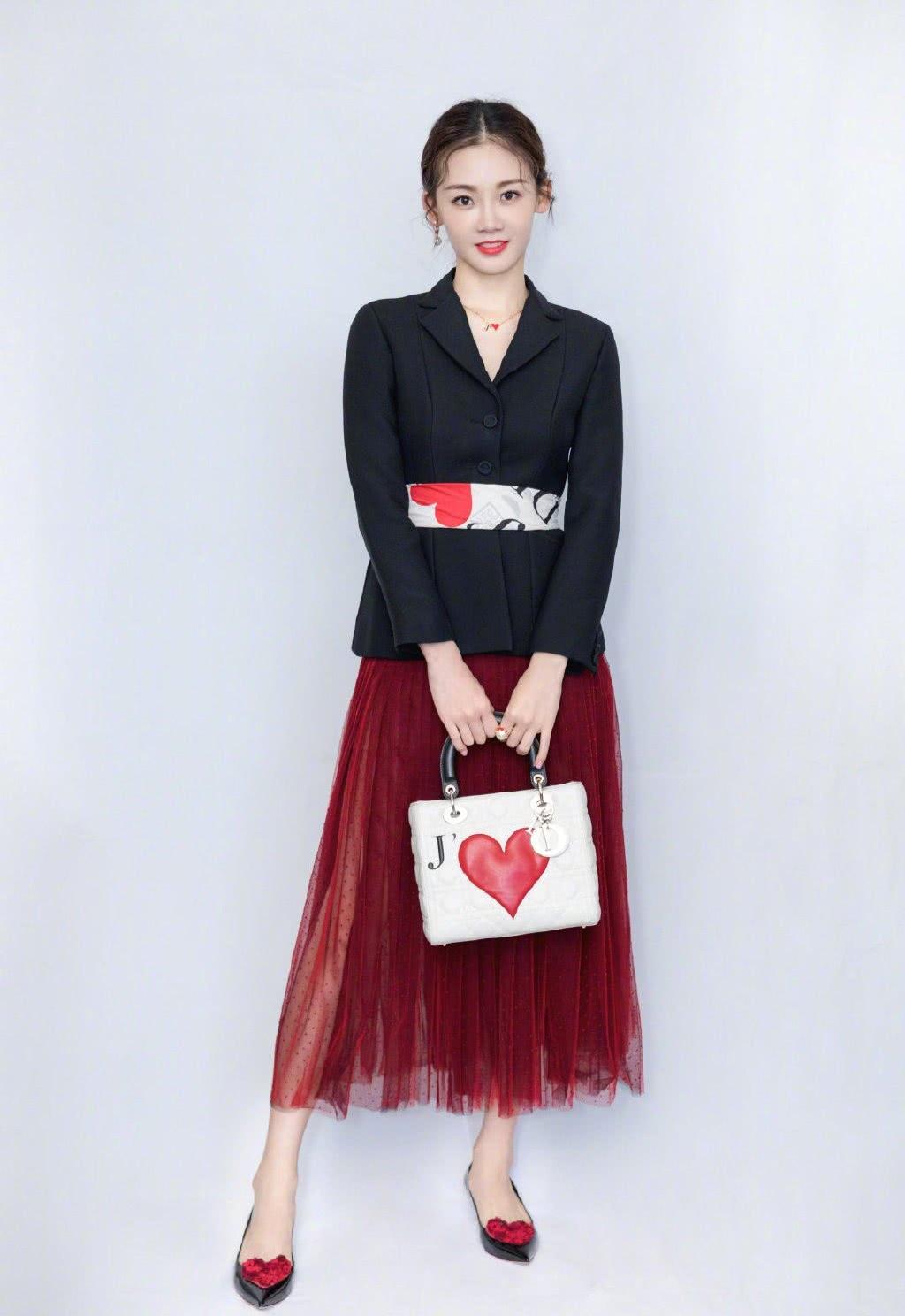 曾给赵丽颖当配角,后因《芳华》成名,穿西装配红纱裙,性感吸睛