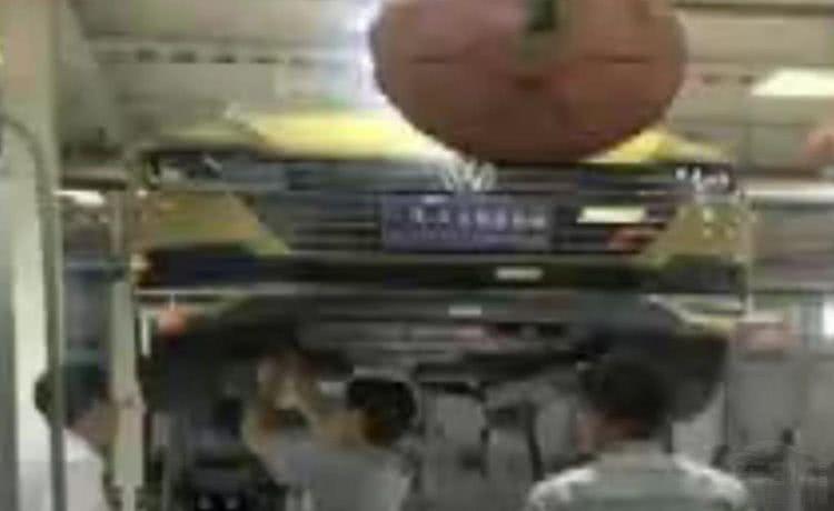 """大众再出""""架人门"""" 新车就漏机油 消费者讨说法被连车架起"""