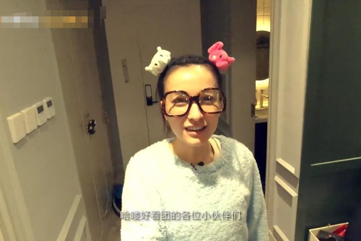 36岁吴昕深夜录视频,大家以为她是一个人,却忽略了身后的镜子