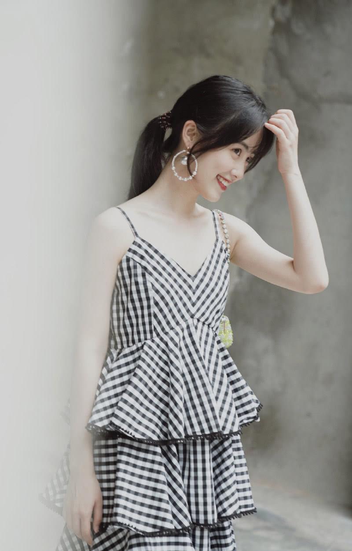 女演员章乐韵吊带裙可爱迷人写真