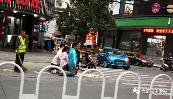 黎河菜市场街头跪着4个人?市民纷纷表示太讨厌了