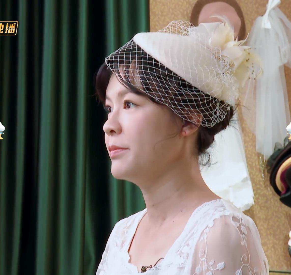 40岁李艾挺孕肚穿婚纱出镜,当看到她的身材那刻后,简直绝了!