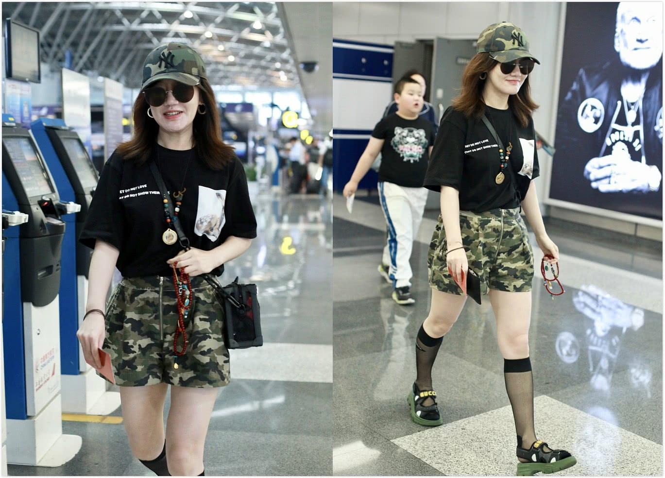 41岁薛佳凝现身,穿T恤迷彩短裤配黑色丝袜,笑容甜美似少女